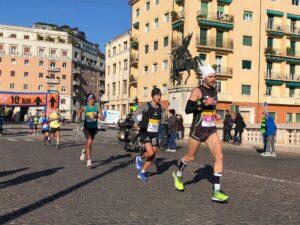 Podisti che corrono una maratona su strada
