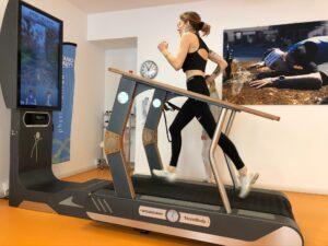 Ragazza che corre su treadmill in una palestra