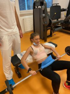 Fisioterapista con paziente che sta facendo rinforzo muscolare