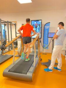 Atleta che corre su trademill e un fisioterapista